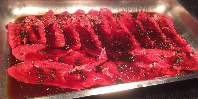 Jetzt lässt man die Marinade einziehen, um dem Fleisch den nötigen Geschmack zu verleihen.